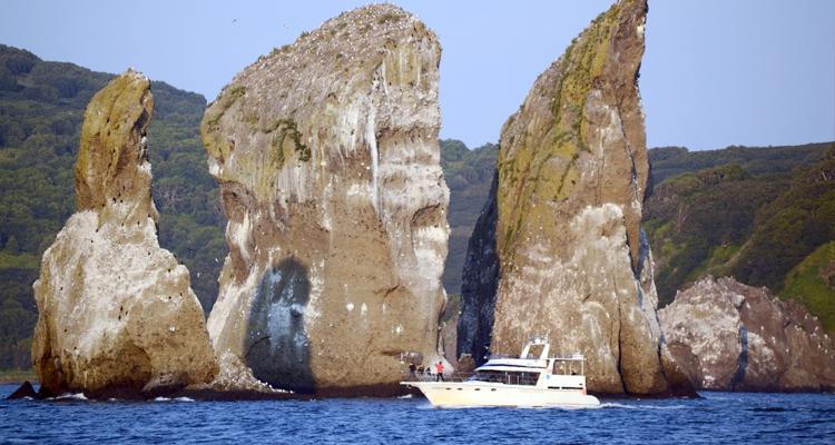 Авачинская бухта и скалы Три Брата