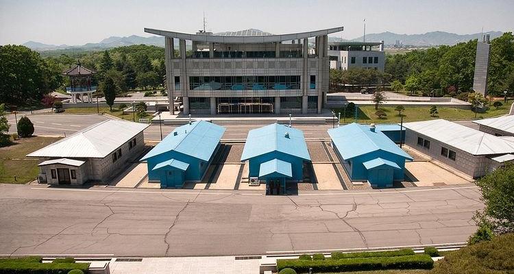 Демаркационная линия – граница между КНДР и Южной Кореей и домики для переговоров.